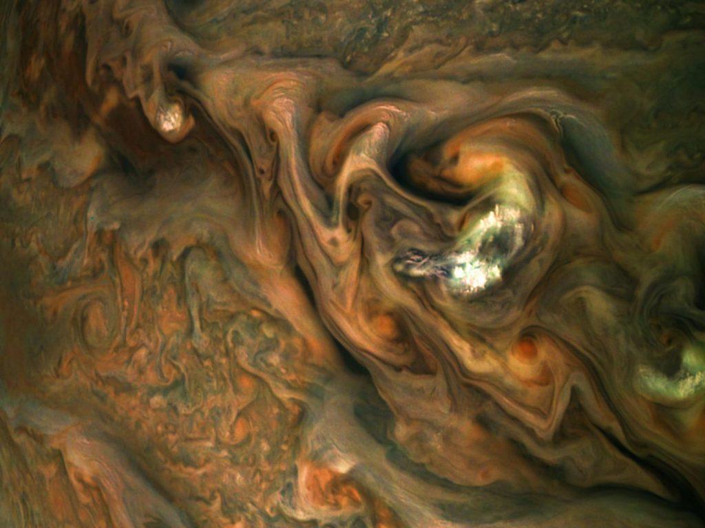 Espectaculares nubes sobre la atmósfera de Júpiter.