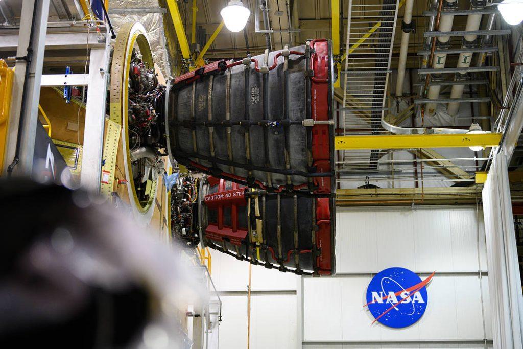 Conectado el segundo motor RS-25 al cohete lunar de la NASA.