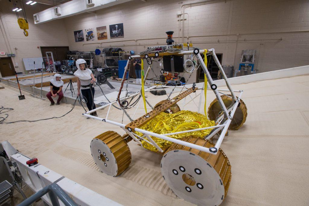 El nuevo rover lunar de la NASA probado en el laboratorio de operaciones lunares.