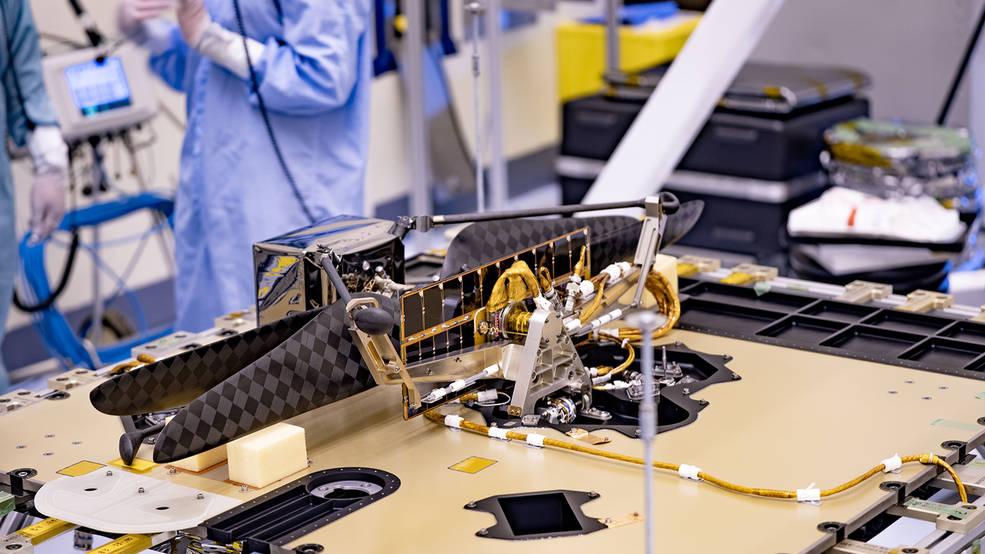 El Mars Helicopter unido al rover Perseverance de la NASA.