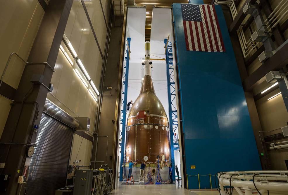 """El """"gemelo"""" de Orión completa las pruebas estructurales para la misión Artemis I."""