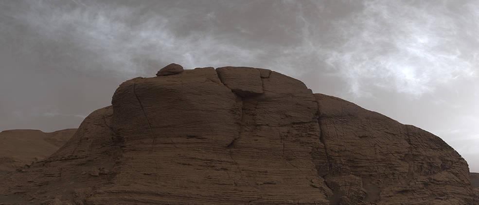 El rover Curiosity Mars de la NASA fotografió estas nubes justo después de la puesta del sol el 19 de marzo de 2021, el día marciano, o sol número 3063 de la misión del rover. La foto se compone de 21 imágenes individuales unidas y con corrección de color para que se vea como lo haría el ojo humano.
