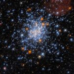 El Hubble observa un cúmulo estelar rojo, blanco y azul